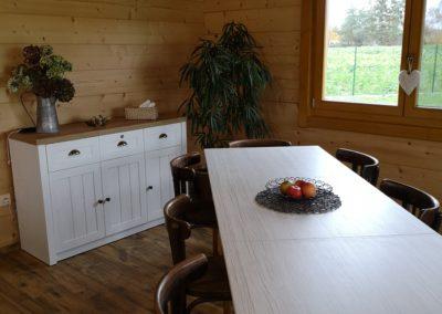 Společenská místnost ve velké chatě.