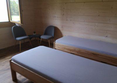 Zařizování pokoje ve velké chatě.